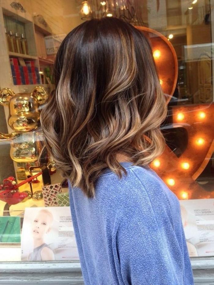 balayage hair ideen für mittellange oder kurze haare, blaue bluse ideen zum inspirieren