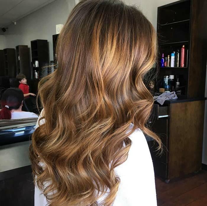 balayage hair ideen, schöne dunkle und hellere schattierungen haare mit wellen selber stylen