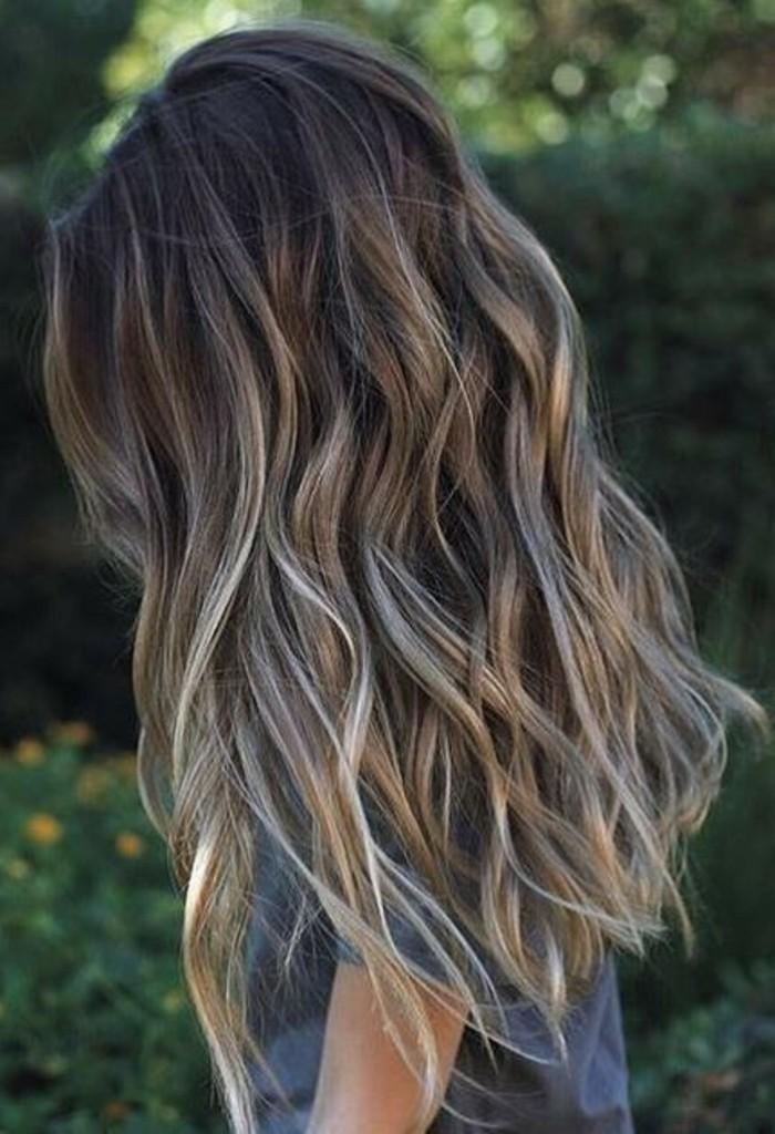 braune haare, blonde strähnen, ideen für frisuren und haarfarben, wellen in den haaren