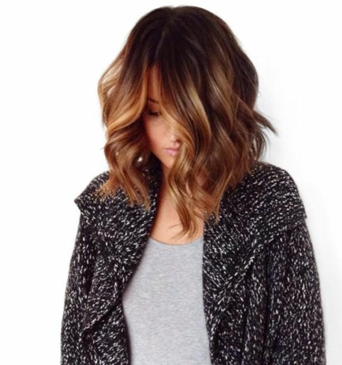 balayage vs ombre, haarstyle ideen für frauen mit kurzen oder mittellangen haaren, graue bluse