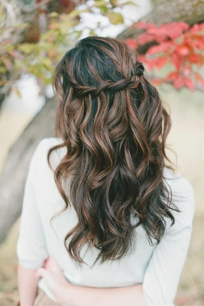 braune haare mit strähnen, zopf flechten, braune haare mit locken, langes haar, lockig, haare stylen