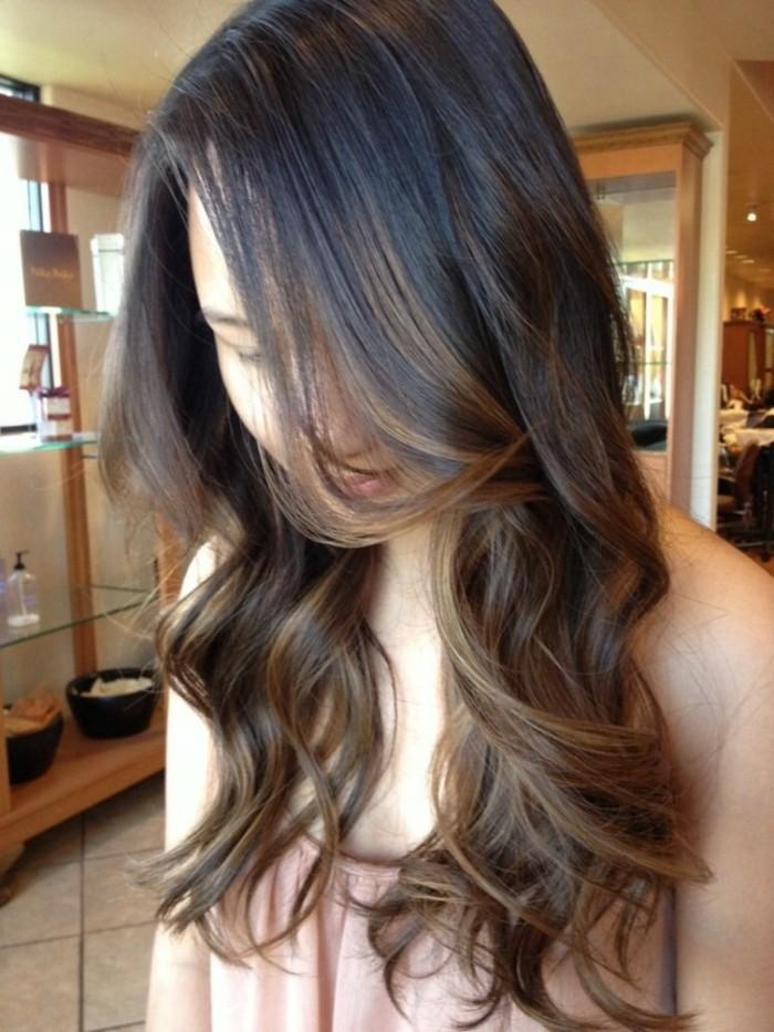 ombre braun blond ideen, braune haare stylen ideen mit lockiger frisur, haarstyle ideen