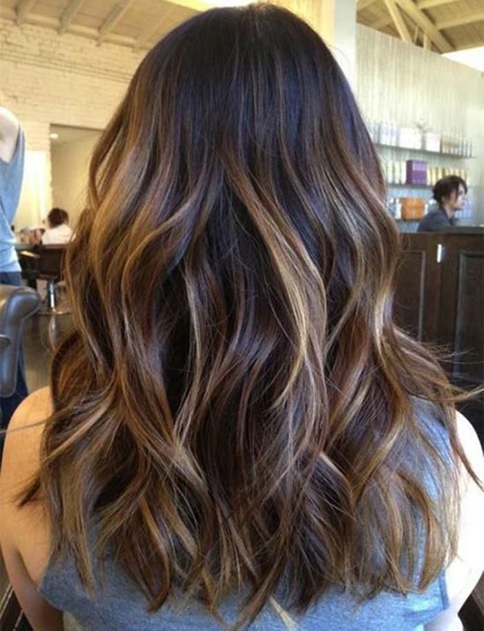 ombre braun blond, brünette mit schöner frisur und dezentem look wie von der sonne geküsst, elegante blonde strähne im haar