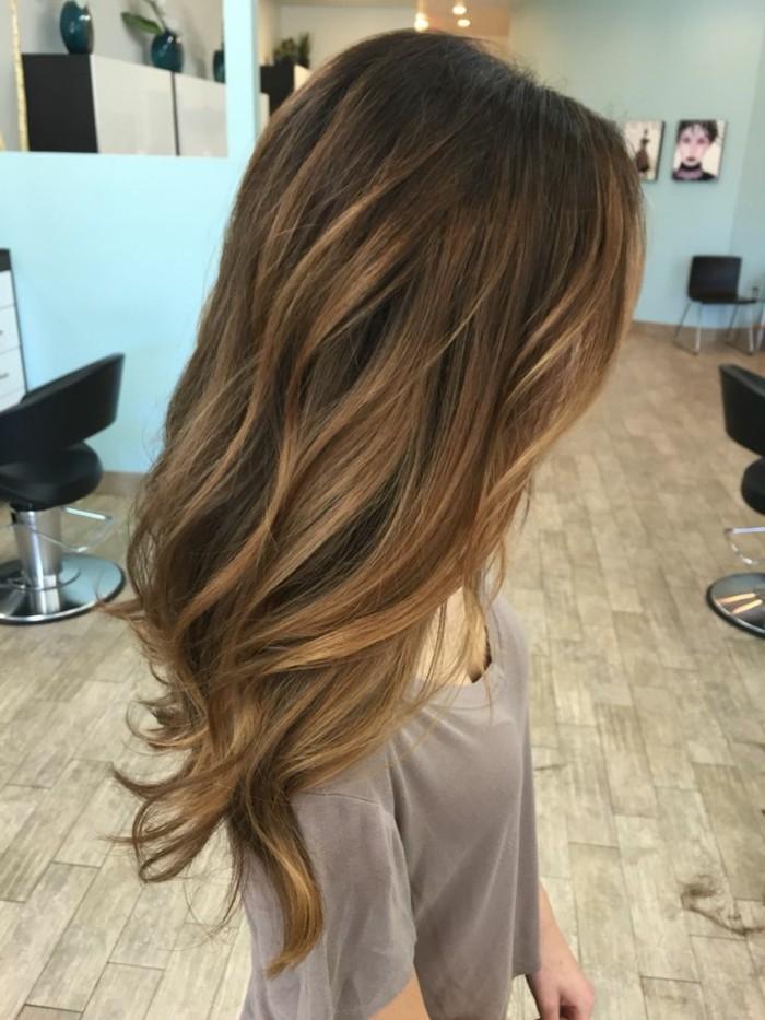 balayage blond, foto seitlich hinten von einer frau, die im frisörsalon steht, neues haarstyle