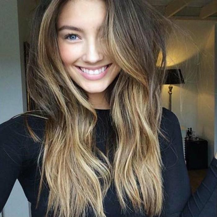 balayage blond, natürlicher sonnengeküsster look, lange haare mit blonden strähnen