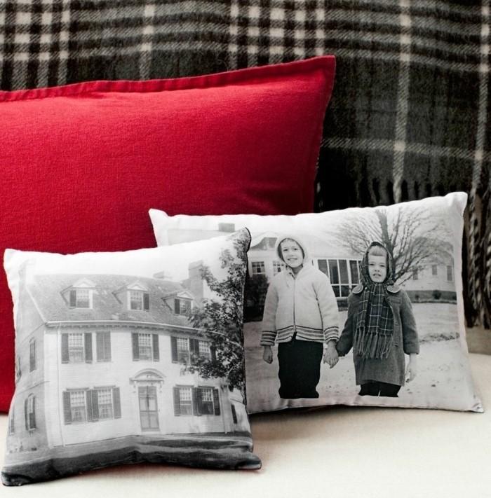 diy geschenke ideen foto auf einem kissen als print gestalten, roter kissen, schwarz weiße deko
