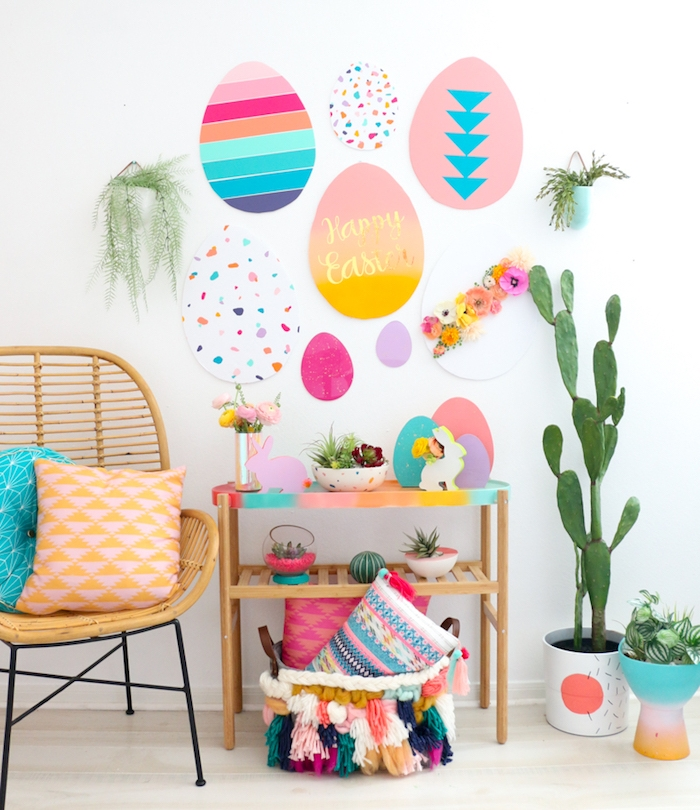 Riesige bunte Ostereier aus Papier an die Wand kleben, DIY Wanddeko zu Ostern farbenfroh