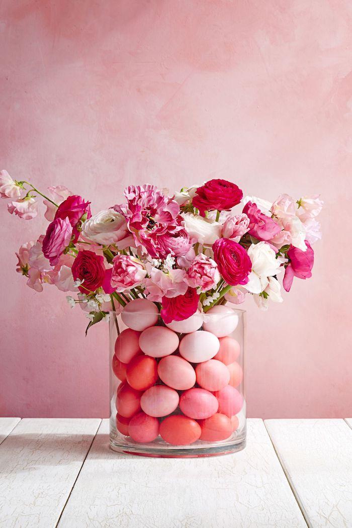 Schöne Idee für DIY Osterdeko, Ostereier und Frühlingsblumen in durchsichtige Vase füllen, Deko in Rosa