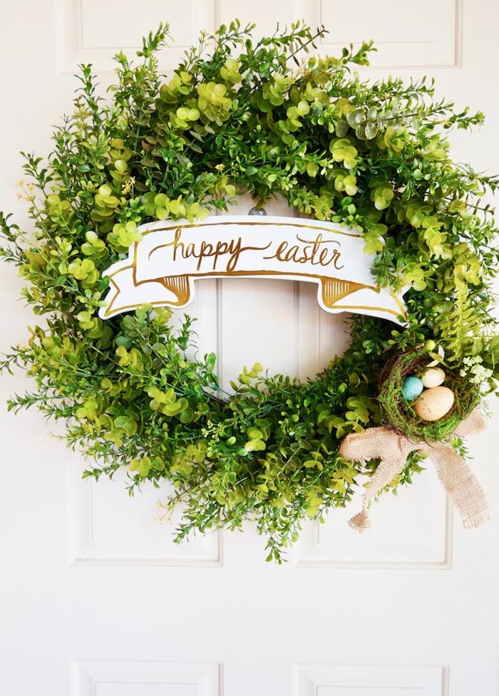 Osterkranz selber machen aus Naturmaterialien, drei Ostereier in kleinem Osternest, Aufschrift Happy Easter