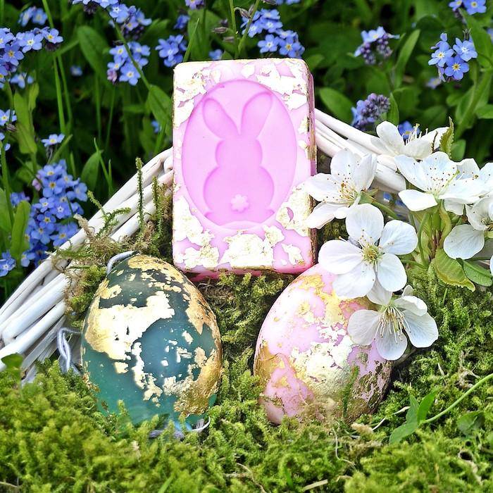 Kerzen in Form von Ostereiern selber machen, mit Glitter verzieren, schönes DIY Ostergeschenk