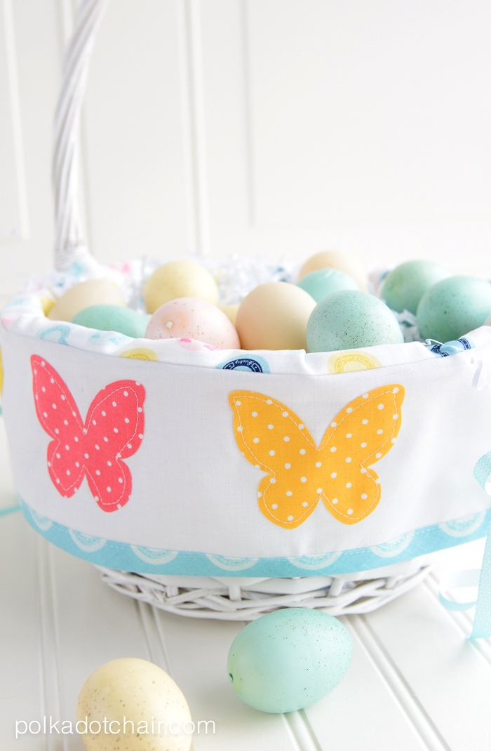 Osterkorb selber machen, mit bunten Schmetterlingen, DIY Osterkörbchen, bunte Ostereier