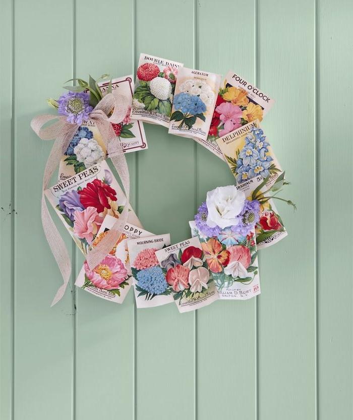 Osterkranz selber machen aus Grußkarten mit Blumenmotiven, lila und weiße echte Blüten