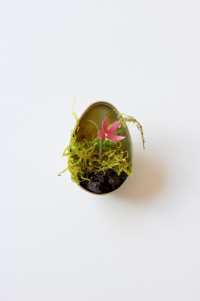 Terrarium Osterei selber machen einfach und schnell, Osterei aus Kunststoff, Blume aus Papier