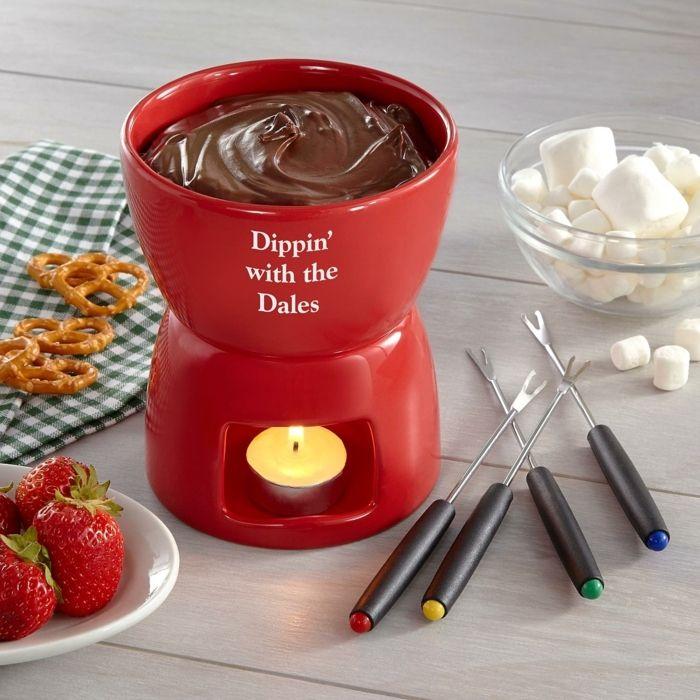 kreatives geschenk für freund, marschmellow in schokolade gießen, erdbeeren, fondue