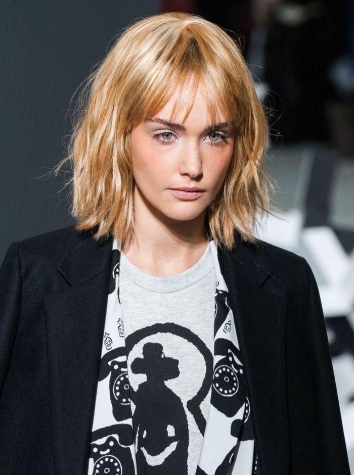 kurzer bob bei blonden haaren, pony stufig, blazer, tshirt mit print, blauaugige frau