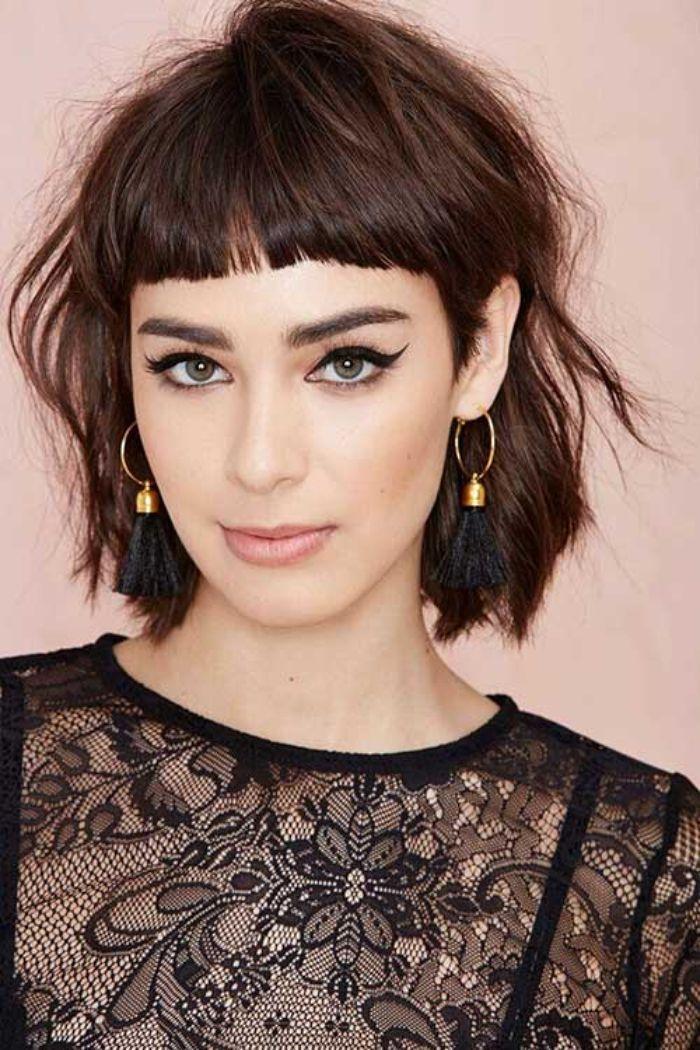 frisuren 2017 bob, ideen dunkles haar, pony, spitze bluse, goldene ohrringe, lidstrich