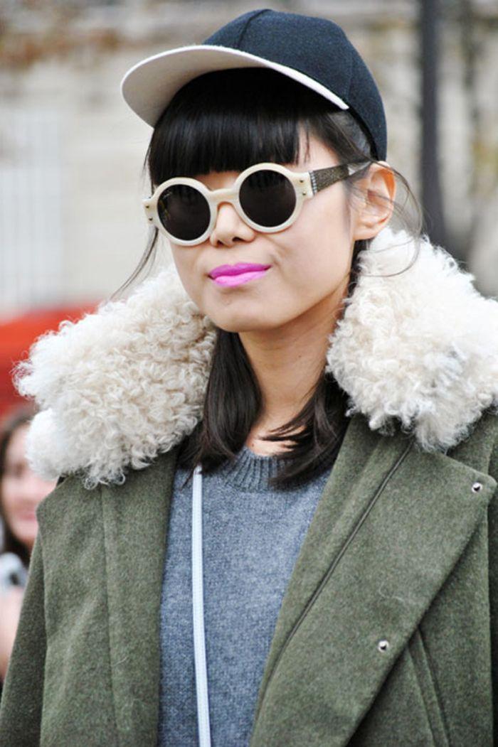 bob haarschnitt idee für schwarze haare, runde brille, rosarote lippen jacke