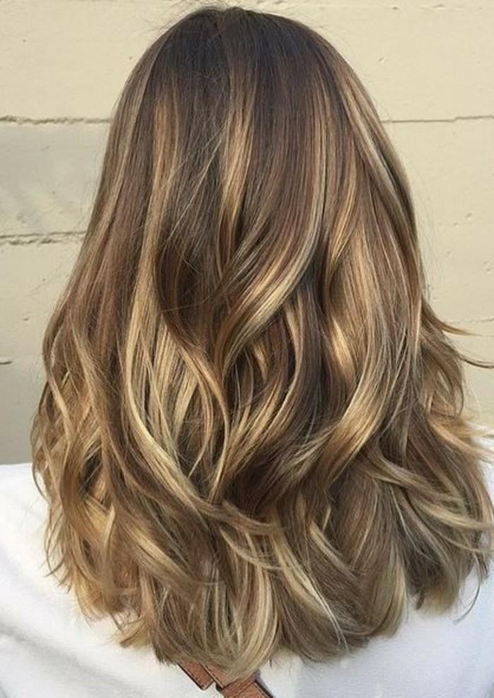 balayage vs ombre, strähnen und dezenten nuancen von braunen und blonden mischen sich bei den haaren dieser frau