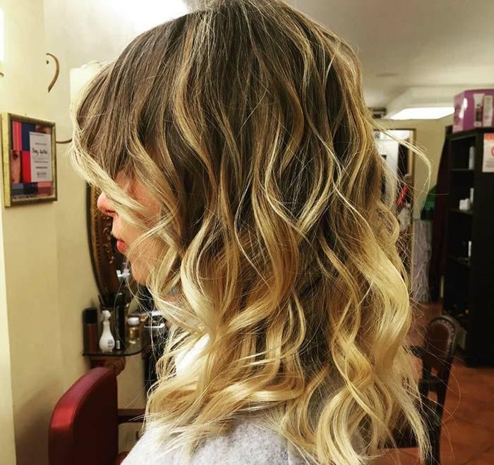 balayage vs ombre, mittellange haare mit blonden strähnen, dunkle ansätze