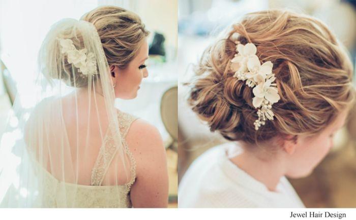 brautfrisuren, collage aus zwei bildern mit hochsteckfrisur für braut, haarschmuck in form von blumen, blondes haar