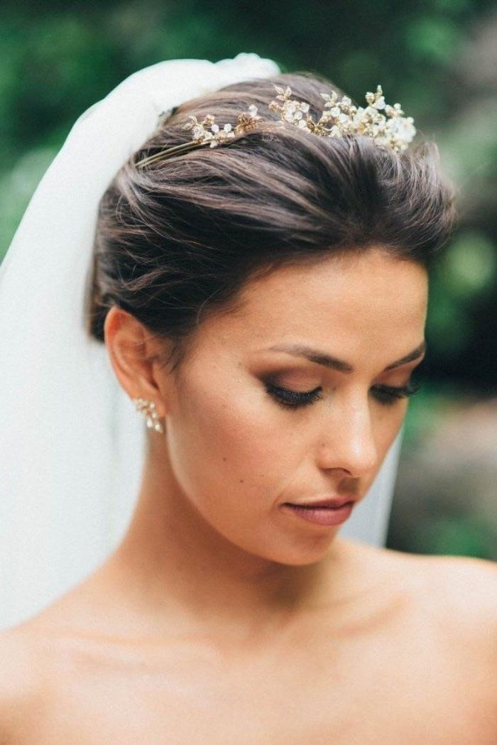 brautfrisuren für hochgestecktes haar mit tiara und schleier, schönes schmuckset, ohrringe