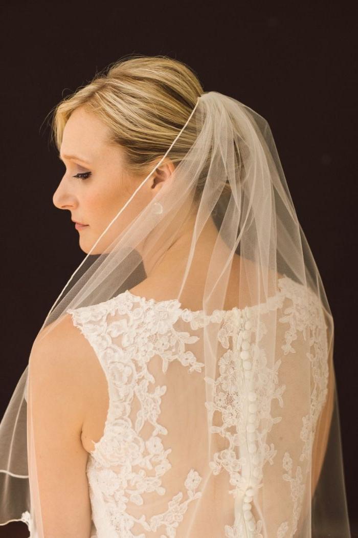 hochzeitsfrisuren offen, gebundenes haar blonde strähne, spitzkleid, elemente am rücken, bild von hinten