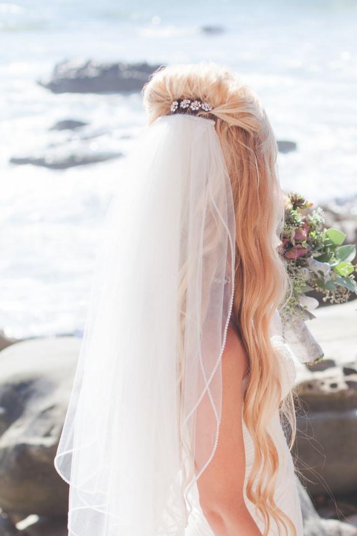 hochzeitsfrisuren offen, gebundene haare mit haarschmuck in den blonden haaren, schleier