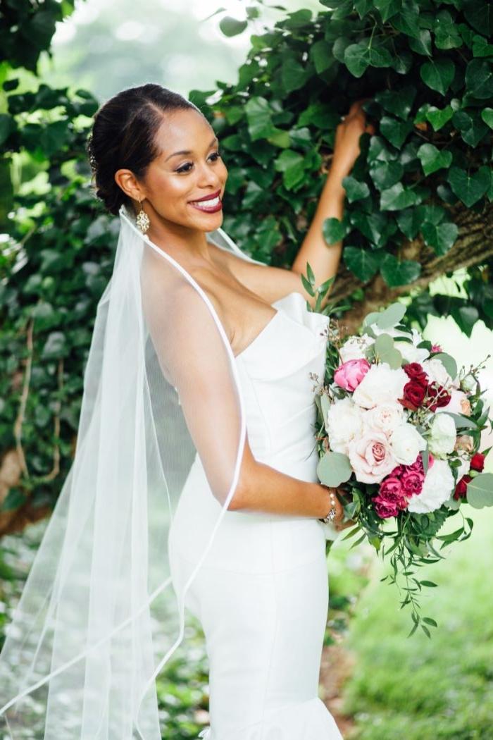 hochzeitsfrisuren offen, eine elegante und schöne braut mit hochsteckfrisur und großen brautstrauß in weiß und lila