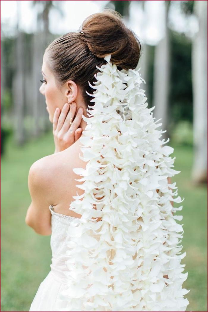 hochzeitsfrisuren offen oder gebunden, hochsteckfrisur mit schleier in ausgefallenem stil, weißes outfit braut