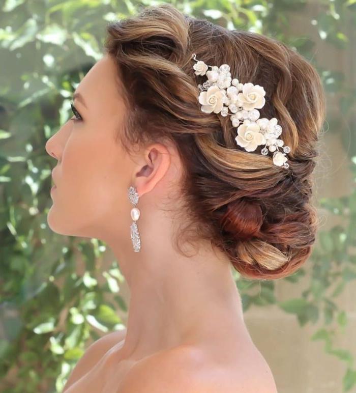 frisuren für hochzeit, gebundene haare, haarfrisur ideen, zopf, haare binden mit deko in weiß blumen in den haaren