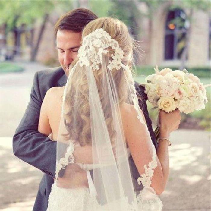 hochsteckfrisuren hochzeit, schönes paar brautpaar, langes blondes haar, schleier mit spitze, blumenstrauß weiße rosen