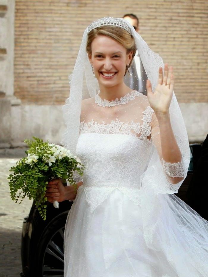 hochsteckfrisuren hochzeit, eine schöne braut mit tiara, gebundene haare, weißes kleid, grüner strauß