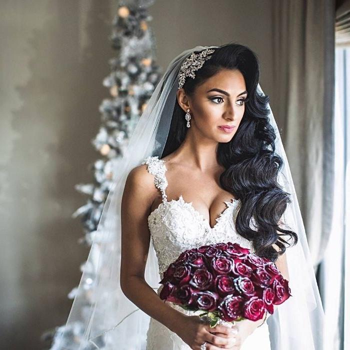 hochsteckfrisuren hochzeit, hochzeitskleid mit perlen, spitzen, rote rosen, schönes diadem mit schleier