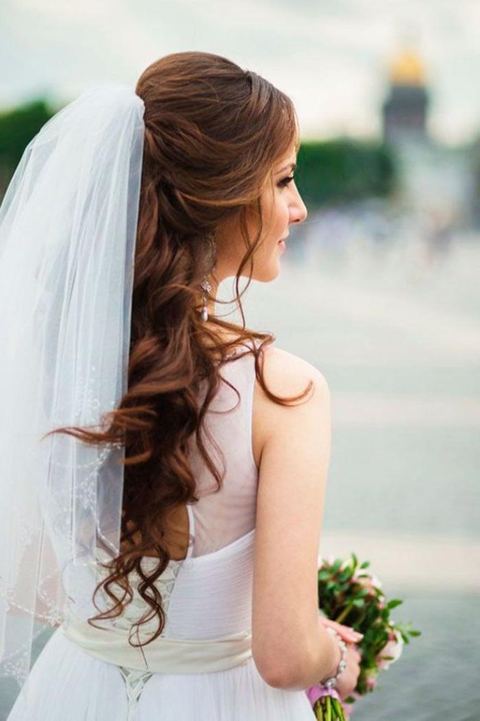 frisuren hochzeit, eine weitere schöne idee für braut mit sehr langen haaren, braunes haar, natürliche haarfarbe, schleier, offene haare