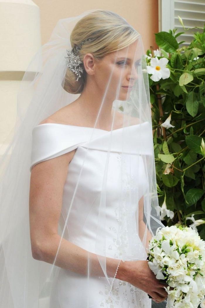 frisuren hochzeit, weißes kleid für braut elegantes outfit klassisch ohne details mit kurzen ärmeln und schulterlos, gebundenes haar mit haarschmuck, blumen weiß