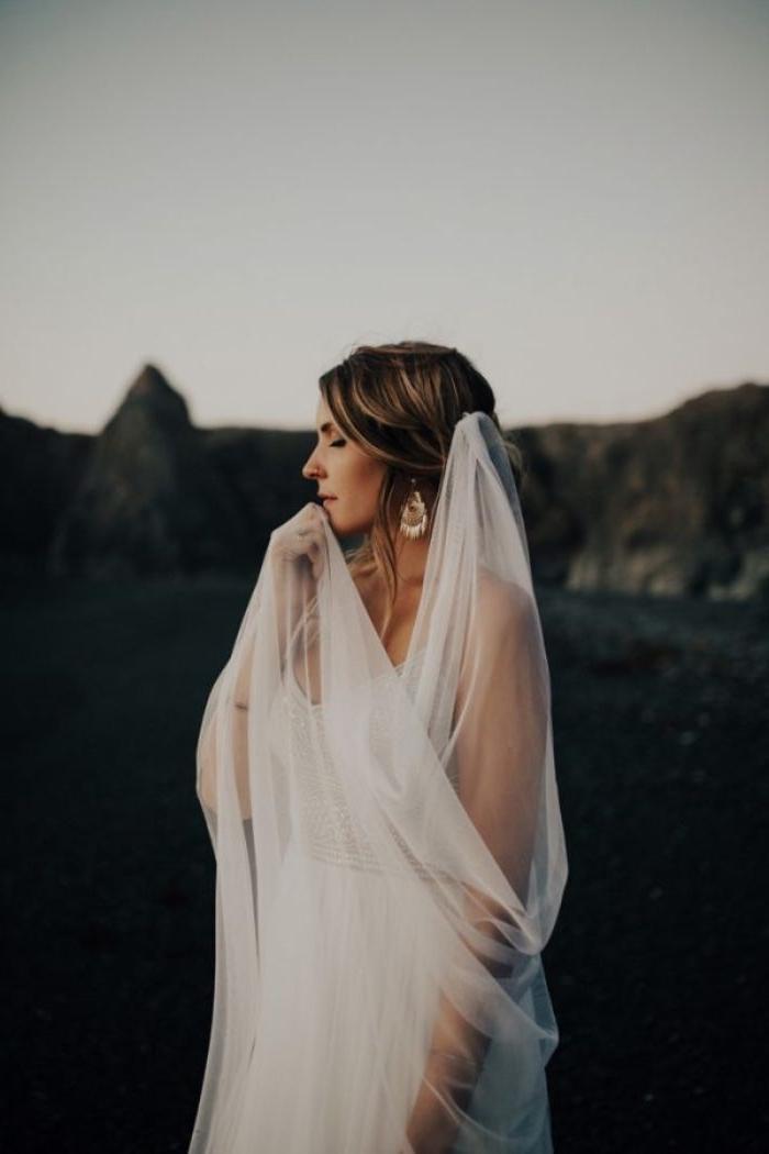 brautfrisur offen, weißes kleid elegant, braut mit langem schleier, ohrringe