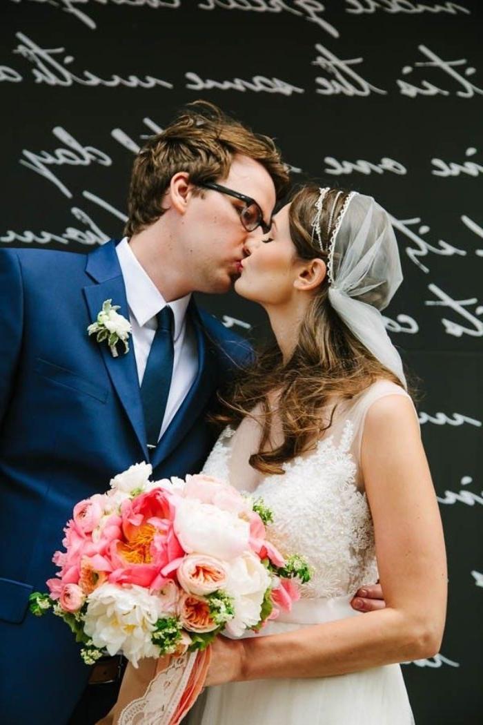 brautfrisur offen, braut und bräutigam küssen am großen tag, hochzeitstag