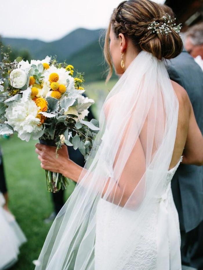 brautfrisuren 2017, elegantes haarstil und outfit, brautstrauß mit weißen und gelben blumen, schleier transparent