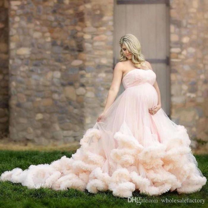 schwangerschaft brautkleid, hellrosa brautkleid farbe und design ideen zum entlehnen, blonde frau, kleid ohne ärmel