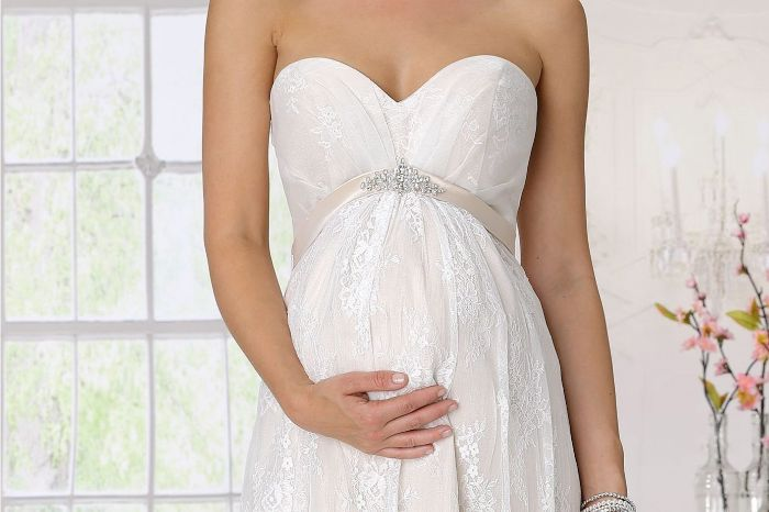 umstands hochzeitskleid, brautkleid ohne ärmeln, eine frau hält ihren babybauch mit der einen hand, elegantes brautkleid mit feine motive für mehr eleganz