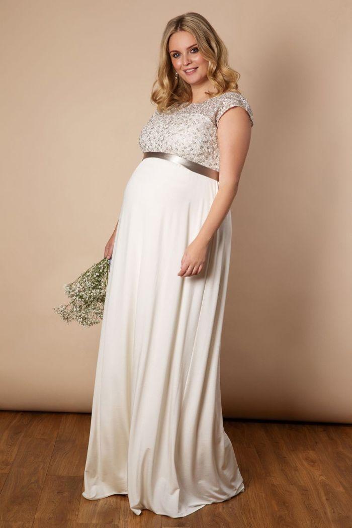 schwangerschaft hochzeitskleid, ideen zum entlehnen, plus size brautkleid für schangere, spitze und elegante schleife als akzente beim feinen design