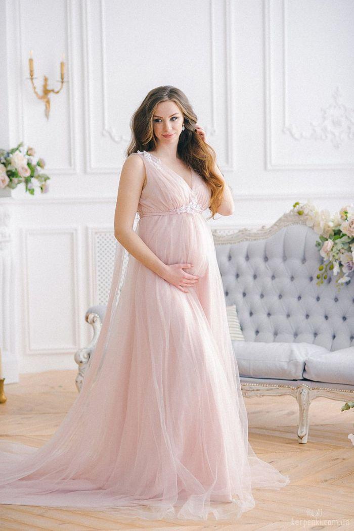 brautkleider für schwangere, spitze decolette, braune lange haare, hellrosa kleid