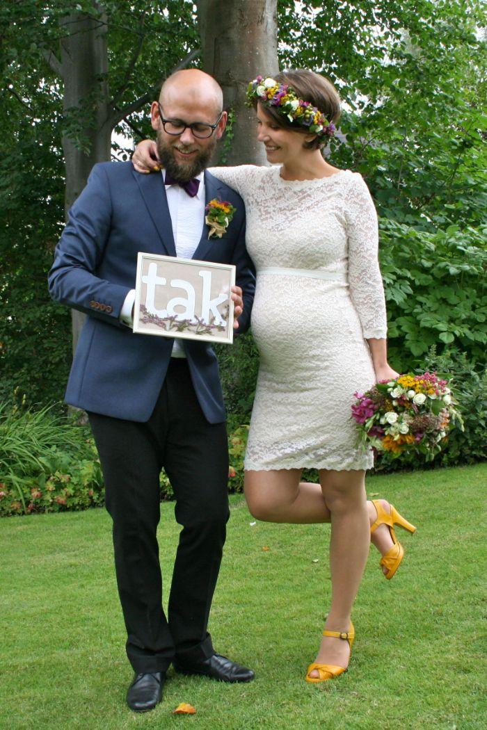 günstige brautkleider für schwangere, bräutigam und braut elegant aussehen, kurzes kleid für schwangere braut, gelbe ansatzschuhe