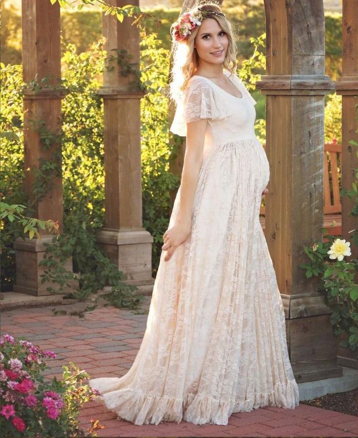 brautkleider für schwangere günstig, eine zukünftige mama in einem spitzenkleid, blumenkranz auf dem kopf