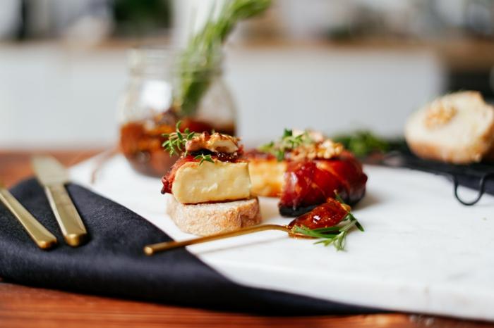 brie mit prosciutto thymian und feigenmarmelade party rezepte gebackener käse