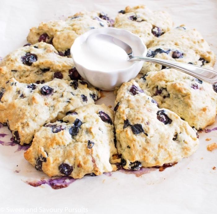 brunch ideen, kuchen mit blaubeeren und vanille, weiße creme, kleiner schüssel