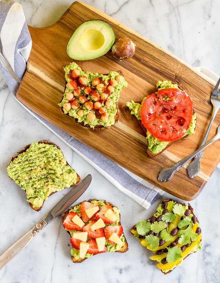 brunch rezepte zum vorbereiten, gesundes frühstück, toasts mit avocado, eiern, tomaten und käse