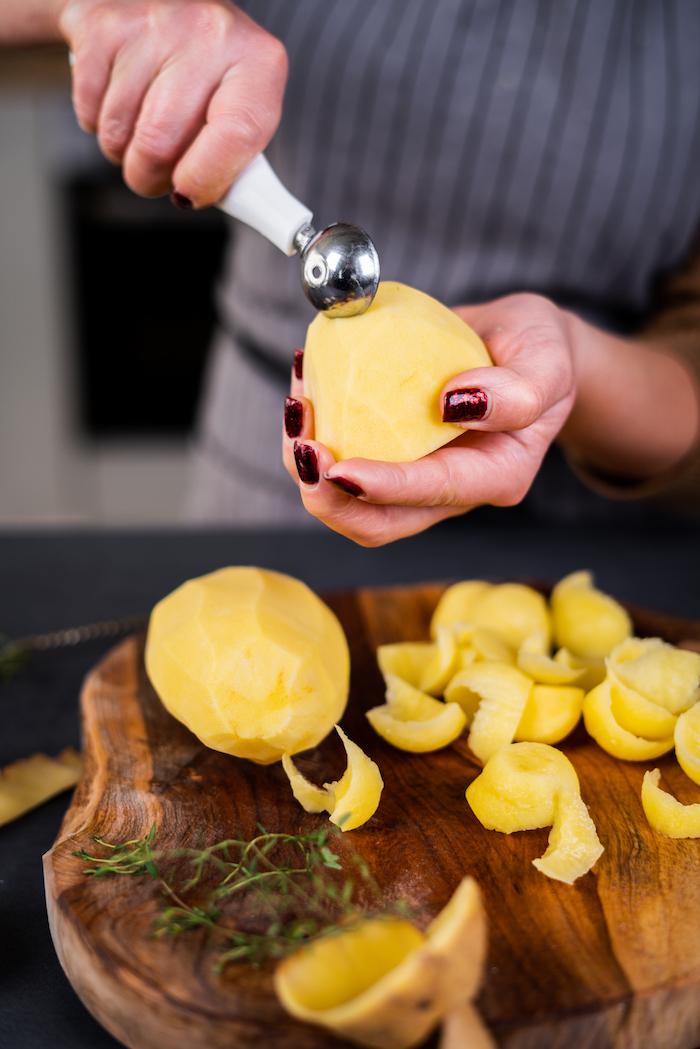 Rezept für Vulkankartoffeln, Kartoffel mit einem Löffel aushöhlen, schnelle Brunch Idee