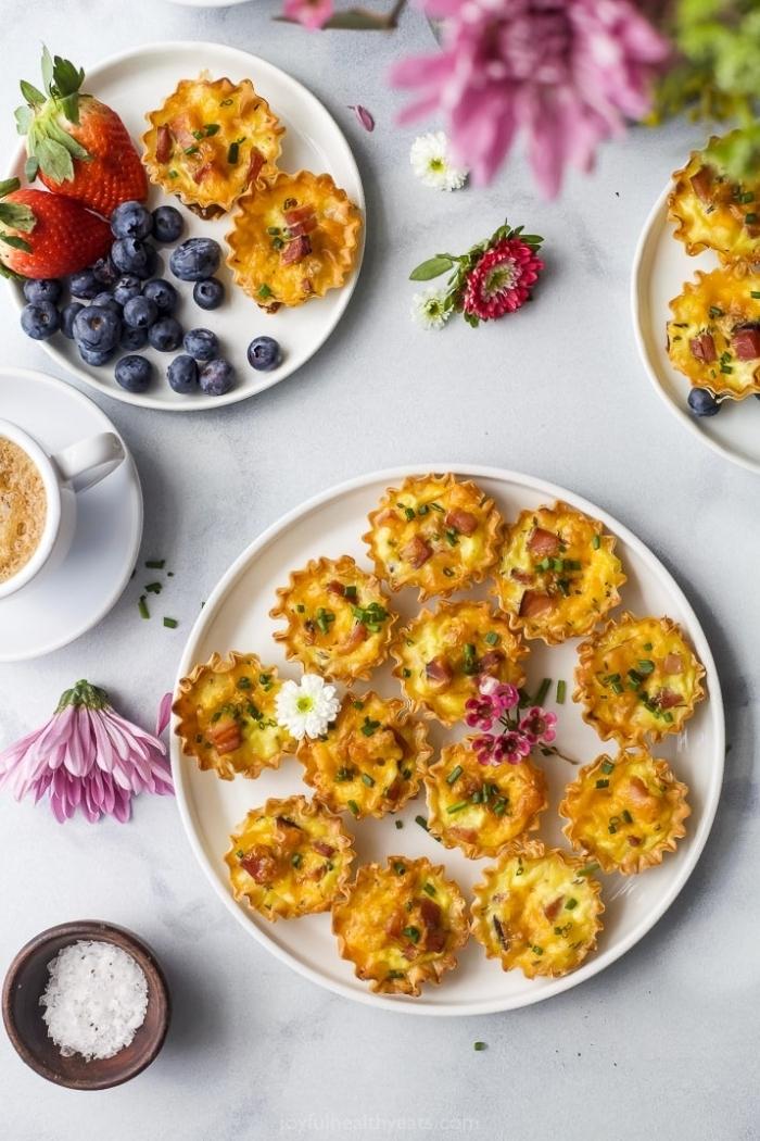brunch rezepte zum vorbereiten, mini tarts aus eiern, gesundes frühstück, blaubeeren