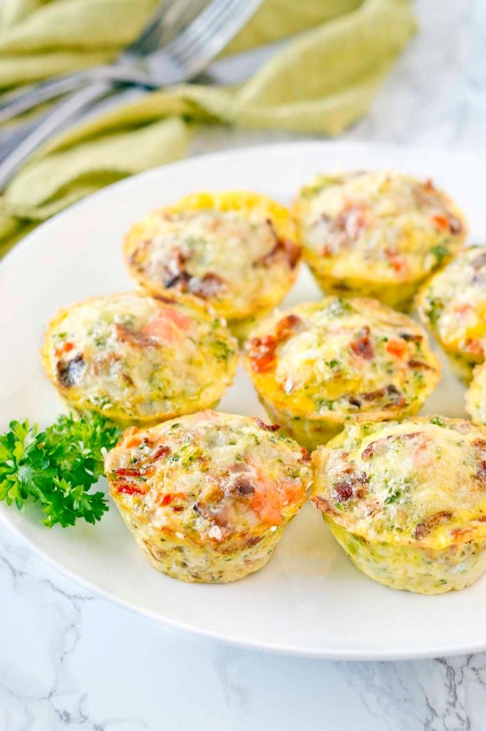 brunch rezepte zum vorbereiten, saltige muffins aus eiern, tomaten, brokkoli und schinken